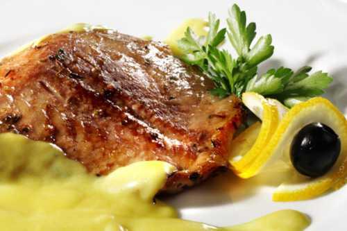 Ингредиенты рыбное филе большого размера морковь г сметаны г сыра зубчика чеснока яйцо лимон растительное маслосоль и приправа для рыбы